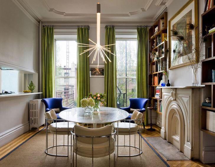Сочные оливковые шторы подчеркивают синие кресла