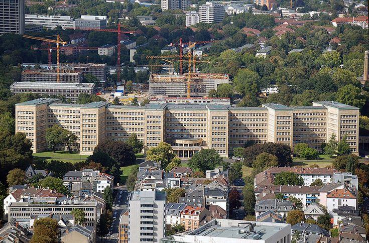 """Haupteingang des IG-Farben-Hauses/Pölzig-Baus der J.W.Goethe Universität Frankfurt am Main. Die Stahlskulptur am linken Bildrand ist Teil der """"Blickachsen"""" Ausstellung. G-Farben-Gebaeude Poelzig-Bau.jpg"""