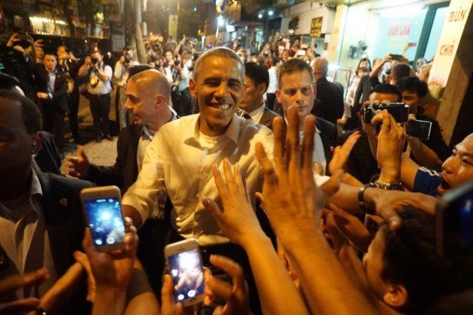 Lý giải hành động bí ẩn của Tổng thống Obama: Tháo nhẫn cưới trước khi bắt tay người dân Việt Nam - http://www.daikynguyenvn.com/gioi-sao/ly-giai-hanh-dong-bi-an-cua-tong-thong-obama-thao-nhan-cuoi-truoc-khi-bat-tay-nguoi-dan-viet-nam.html