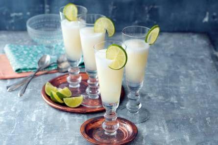 Sgroppino: Ingrediënten 500 ml prosecco 100 ml wodka 1 limoen (schoongeboend) 1 liter citroensorbetijs