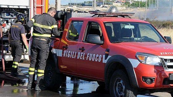 Offerte di lavoro Palermo  Al lavoro otto squadre dei vigili del fuoco. I roghi hanno raggiunto cinque auto un muletto e due furgoni  #annuncio #pagato #jobs #Italia #Sicilia In fiamme fabbrica di Carini indagano i carabinieri