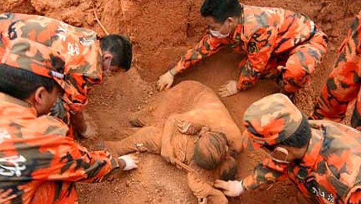Certamente vais ficar em lágrimas depois de perceberes o que encontraram debaixo desta mulher que foi encontrada enterrada...