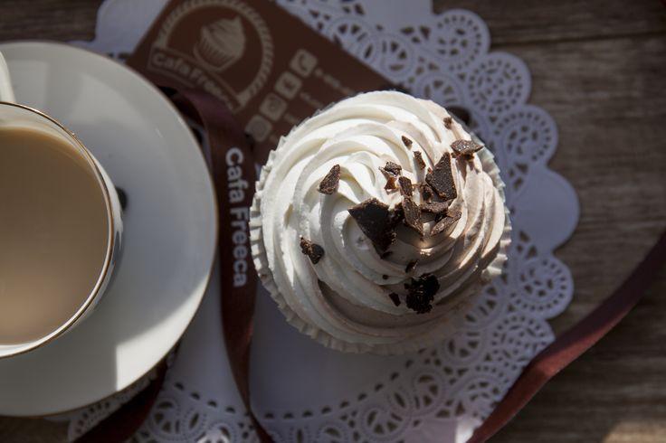Воздушный бисквит шоколадных капкейков на основе льняной муки с начинкой из натурального кэроба, на 8% состоящего из протеина, мы украсили топпингом из аппетитного, мягкого и, главное, низкокалорийного крема. Все любители шоколада и в то же время сторонники здорового образа жизни обязательно оценят этот потрясающий десерт!