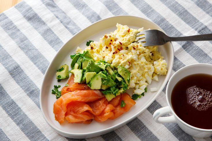 Äggsmör med lax och avokado ger dig en mättande frukost och en bra start på dagen. Praktiskt när man inte kan eller vill steka ägg på morgonen.