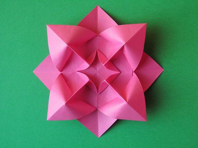 Fiore bombato - Curved flower. Origami, from one uncut square of copy paper, 21 x 21 cm. Designed and folded by Francesco Guarnieri, March 2009. Diagramms: Atti del XXXI Convegno CDO, 2013. CP: http://guarnieri-origami.blogspot.it/2013/03/fiore-bombato.html