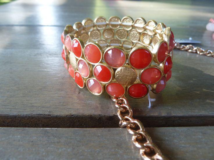 Een opvallende armband van BIBA, met stenen in rood en perzik. €15,-