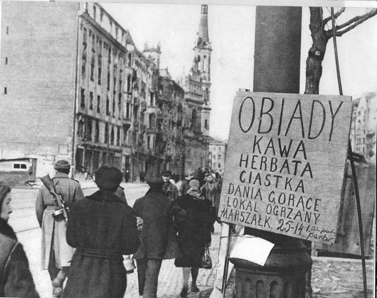 """Ulica Marszałkowska. W tle kościół przy placu Zbawiciela.  Zdjęcia pochodzą z albumu """"Warszawa 1945-1966""""."""
