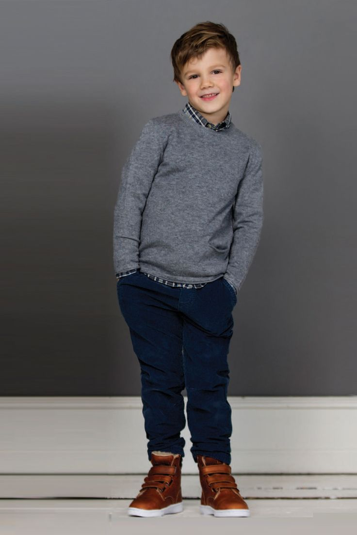 Wheat baby corduroy pants in Dark Blue for boys. Features snap button and zip closure, two side pockets, two rear pockets and belt loops.