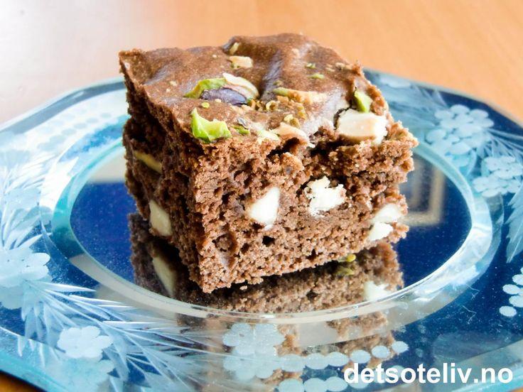 """Om jeg kan få nok oppskrifter på """"Brownies""""? Nope. Disse er sinnsykt gode og inneholder smeltet mørk sjokolade, hakkede, grønne pistasjenøtter og hvite sjokoladebiter. Oppskriften er til liten langpanne."""
