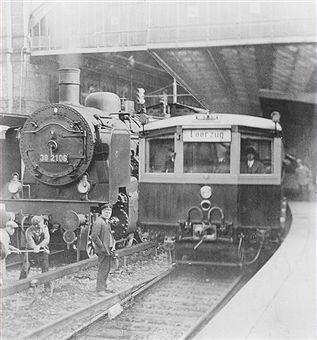 Berlin 1933 Erste elektrische S-Bahn fuer die Wannseebahn im Potsdamer Bahnhof Berlin (Probezug)