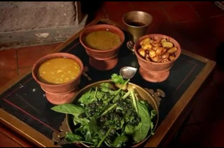 Vegetable dishes and salad were often eaten at the prandium. Common vegetables included artichokes, garlic, mushrooms, turnips, asparagus, leeks, olives, beans, lentils, onions, beets, lettuce, broccoli, peas, cabbages, cucumbers, and radishes, and carrots.