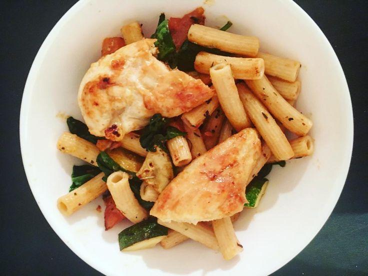 @eatbanza chickpea pasta  sautéed in olive oil with oregano  zucchini  spinach  tomato  grilled  chicken #healthy #healthyfoodie #glutenfree #gf #glutenfreelife #dairyfree #paleo #lowfodmap #lowfodmaps #fodmapfriendly #lowfodmapdiet #eatclean #cleaneating #nobread #veggies #pasta #chicken #spinach #zucchini #tomato #eeeeeats #eatbanza #realfood #foodie #happytummy by simplehealthyfoodie