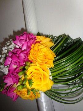 O pereche de lumanari delicate cu trandafiri galbeni, frezii purple si floarea miresei. Lumanarile au inaltimea de 120 cm, dar pot fi comandate si de o alta marime, in functie de preferintele dvs.Pretul este pentru un pachet de doua lumanari.