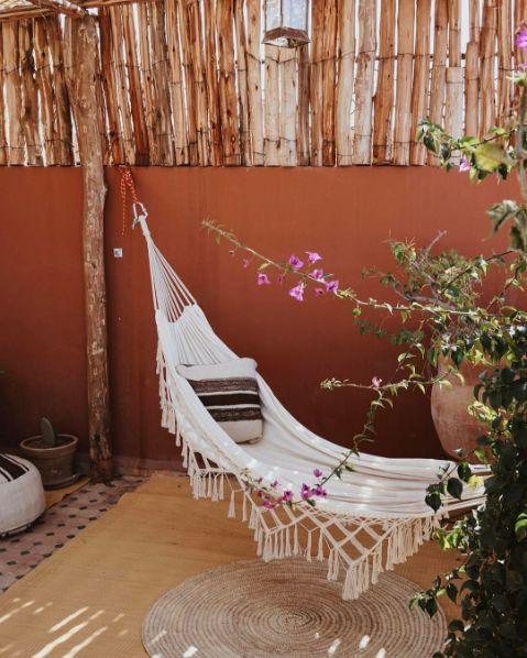 Aménager votre balcon à petit prix avec nos conseils déco et notre sélection shopping : osier, tropical, flamant rose et couleurs vives...