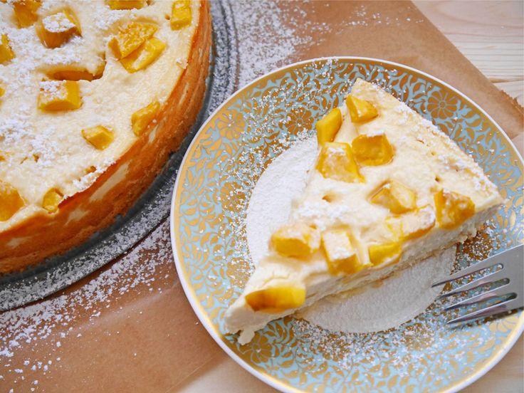 Es gibt wieder Käsekuchen! Dieses Mal verfeiner ich ihn mit einer meiner Lieblingsfrüchte: Mango. Um diese Jahreszeit kannst du bei mir neben Orangen locker