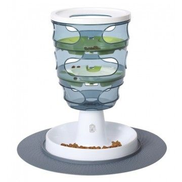 De Catit Food Maze is de slimme manier om uw kat te voeren. De kat zal met zijn poot proberen om het voedsel uit het doolhof te krijgen, net zo lang totdat het op het voedselplatform ligt. Hiermee bevordert u mentale en lichamelijke activiteit bij uw kat. Omdat het voedsel langzaam en in kleine porties opgenomen wordt, komt dit de vertering ten goede!