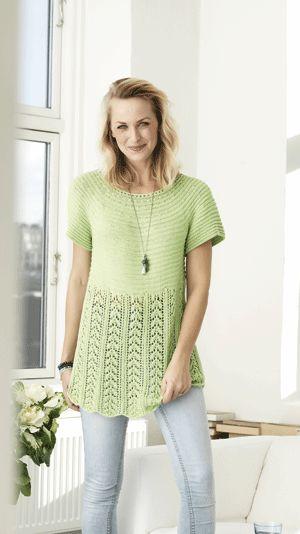 Denne strikkeopskrift er til dig der vil lave en sød sommerbluse. Den kortærmede bluse har rillemønster foroven og et fint hulmønster forneden. Blusen er i A-facon og falder flot på kroppen.