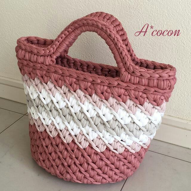 Uma graça de bolsa, via Pinterest ❤ #inspiracao #pinterest #crochet - rose oliveira (@roseoliveira_tartes)