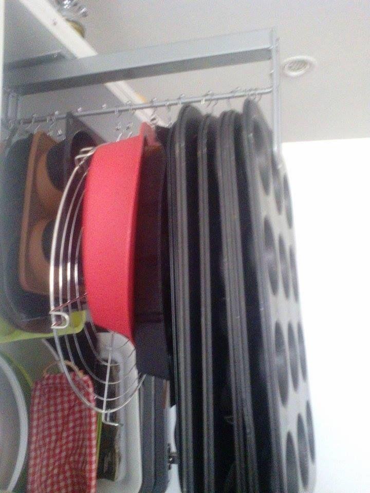 rangement placard cuisine pour moule avec tringle coulissante et crochets Riktig ikea.   Ikea ...