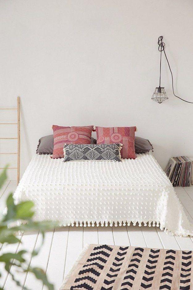 No temas usar diferentes colores. Siempre y cuando no sobrecargues tu habitación con cosas, el look minimalista no debe ser de todo blanco y negro.