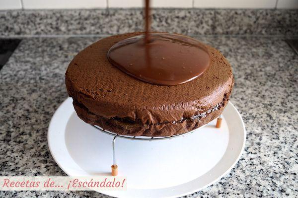 Cómo hacer una cobertura de chocolate brillante, ideal para tartas y bizcochos