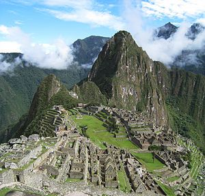 Machu Picchu —del quechua sureño machu pikchu, «Montaña Vieja»— es el nombre contemporáneo que se da a una llaqta —antiguo poblado andino— incaica construida a mediados del siglo XV en el promontorio rocoso que une las montañas Machu Picchu y Huayna Picchu en la vertiente oriental de la Cordillera Central, al sur del Perú y a 2490 msnm —altitud de su plaza principal. Su nombre original habría sido Picchu o Picho.