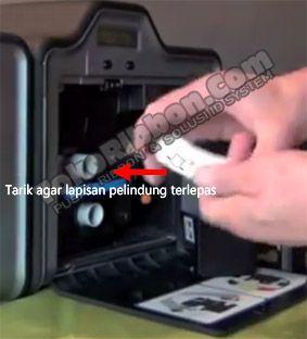 Card cleaning roller dipakai untuk menarik kotoran yang menempel pada kartu pvc plastik. Cara memasang card cleaning roller Fargo HDP5000 ada di TokoRibbon.Com