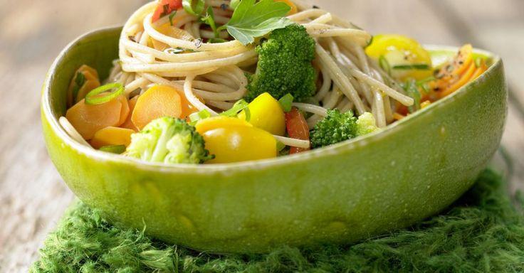 Gemüse-Spaghetti mit Petersilie und Sauerampfer: Gemüse macht dieses Pasta-Gericht zur Augenweide. Brokkoli enthält Folsäure und Möhren Beta-Carotin.
