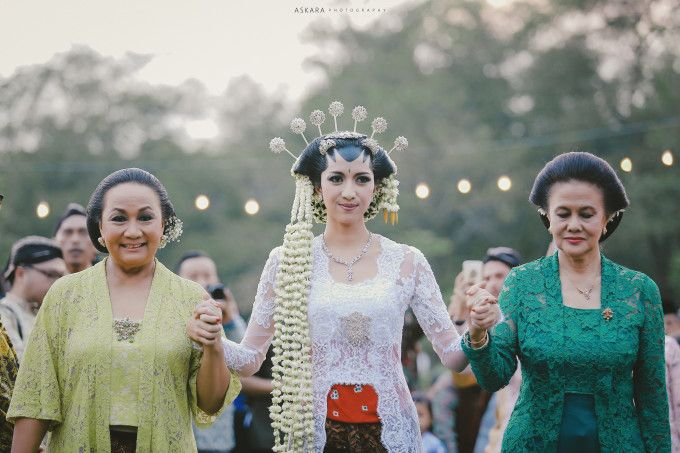 Beautiful Javanese bride | An Eclectic Bohemian Javanese Wedding At Borobudur Temple | http://www.bridestory.com/blog/an-eclectic-bohemian-javanese-wedding-at-borobudur-temple