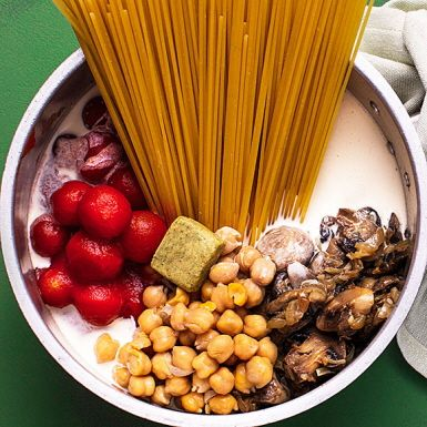"""Allt i en kastrull-pasta är ett smart knep för ett enklare matliv. Alltså att koka pastan samtidigt med såsen, en så kallad """"one pot pasta"""". I den här pastakastrullen samsas lök och vitlök med champinjoner, kikärter, körsbärstomater, grädde, kryddor – och spagetti."""