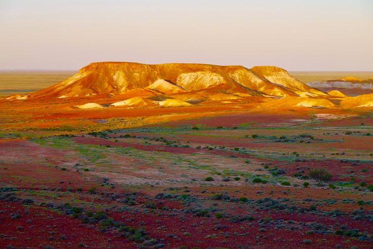 Kanku - The Breakaways bieten nördlich von Coober Pedy in Südaustralien einen überwältigender Ausblick auf vielfarbig leuchtende, bizarre Felsinseln & Täler