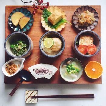 日本人のごはん/お弁当 Japanese meals/Bento 小鉢をたくさん使えば、ワンプレートでもおかずの数を増やせます。 朝食とは思えない豪華な和食は、ちょっと早起きして食べたいですね。