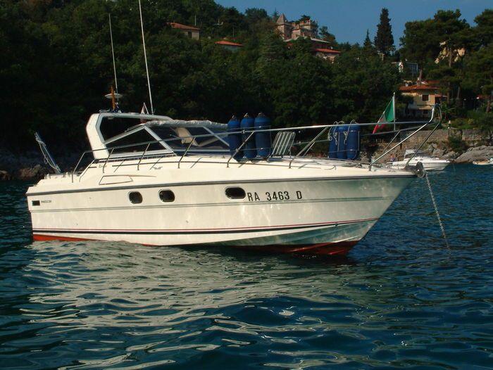 MARINE PROJECT L.T.D. - Princess 286 - Riviera - 1986  Princess 286 model Riviera uit 1986 - Droge ligplaats in Kroatië (hele jaar betaald) - Italiaanse vlag- Lengte: 915 m- Breedte: 335 m- Waterverplaatsing: 500 ton - Rompmateriaal: fiberglas - Motoren: 2x AB Volvo Penta EFB onlangs gereviseerd- Capaciteit: 8 personen- Aantal kajuiten: 2 - Brandstoftank: 595 liter- Watertank: 169 liter - Kombuis twee wastafels kachel koelkast wc met douche- Navigatieapparatuur: Marifoon GPS…