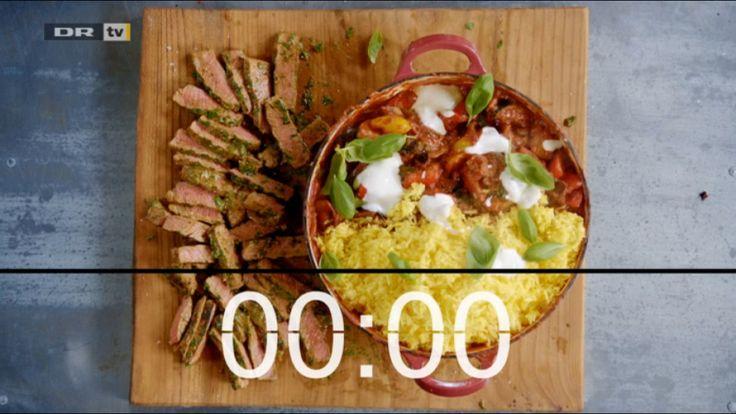 Ratatouille med safranris og bøf.  - Grill 1 squash og 1 aubergine i grove både på grillpande u. olie.  Steg i ny pande 2 peber i grove tern, 1 rødløg i fine både, 3 hvidløg, 2 ansjoser, 1 tsk Harisa (chiliolie).Tilsæt basamico, 700 mL tomatsovs, grønt fra grillpande. Kog ved middelvarme. 1 stor håndfuld basilikum lige før servering. - Kog ris med et nip safran, salt, 1/2 citron.  - grill bøf klappet med salt, peber, røget paprika.  Nu vend i marinade af hakket persille, spsk sennep, olie…