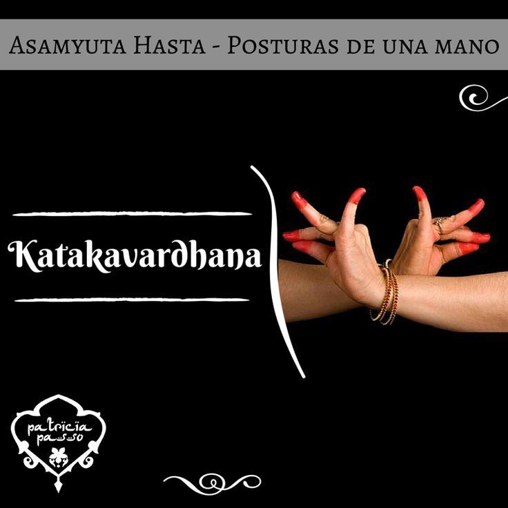 Hace unas semanas hemos visto el mudra Katakamuka. Pero también puedes hacerlo con ambas manos unidas por las muñecas, que significa adoración o casamiento. ¿Lo intentamos? #AprendiendoMudras