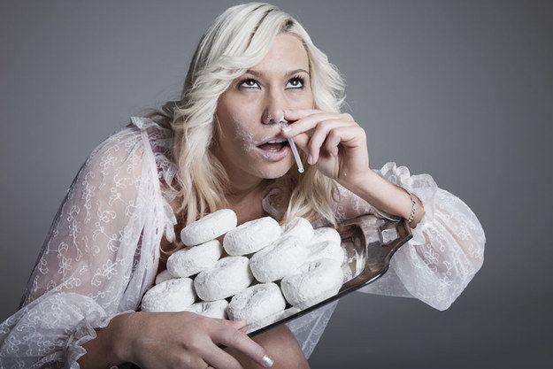 Une femme souffrant d'une addiction aux beignets : | 50 photos de banques d'images complètement inutilisables