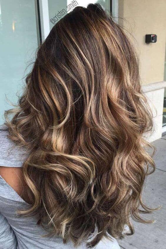 Marrom escuro varrendo o cabelo. Como encontrar o melhor cabeleireiro para penteados arrebatadores