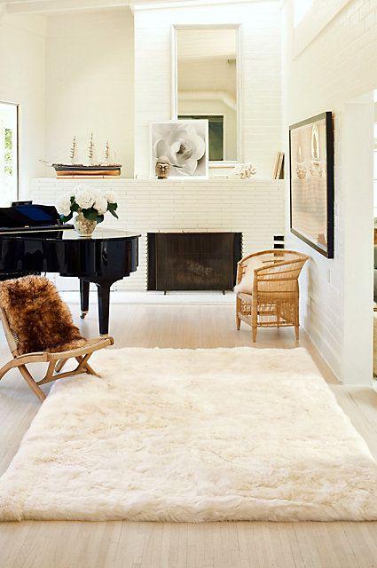 Living Room With Big Luxury Australian Sheepskin Rug (Wohnzimmer Mit Großem  Luxuriösen Australischen Lammfell Teppich