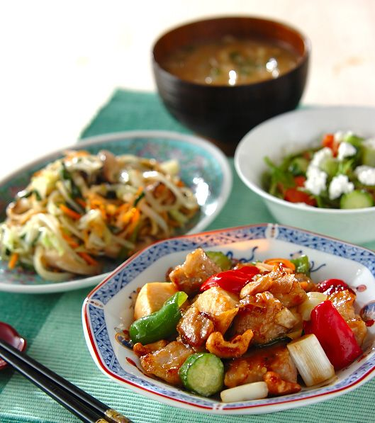 「豚肉のカシューナッツ炒め」。 メインは香ばしく揚げたカシューナッツとお肉、 野菜がたっぷりなスタミナメニュー! 塩焼きそばは中華麺の下処理で味がワンランクUPしますよ。 食感の良い太モヤシと玉ネギの甘みが広がるみそ汁と一緒にどうぞ!