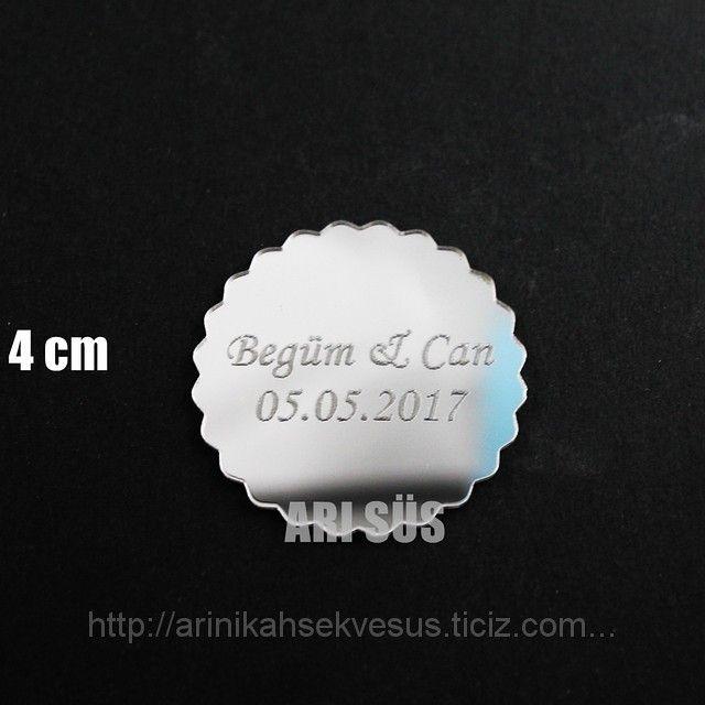 Pleksi Yuvarlak Gümüş 4 cm (ID#1066209): satış, İstanbul'daki fiyat. Arı Nikah Şekeri Ve Süs adlı şirketin sunduğu Pleksi Etiket, Ayna Etiket, Ahşap Etiket #pleksi #kazıma #etiket #imalat #isim #yazma #yüzük #ayna #isimli #isimlik #fleksi #toptan #kargo #sipariş #almanya #avusturya #isviçre #fransa