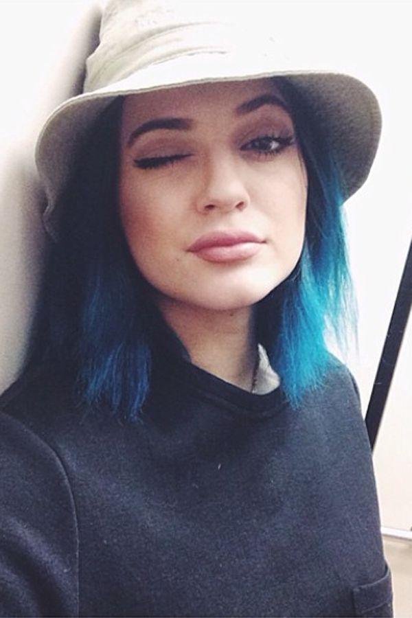 Haarfarben der Stars: Kylie JennerVon Meeresgrün zu Knallblau – kein Problem für Kylie Jenner, die sich momentan mit ihren Haaren durch