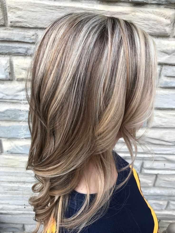 Beste Helle Aschbraune Haarfarbe Elegantes Hellbraunes Haar Mit Blonden Highlights Und Lo Brown Blonde Hair Brown Hair With Blonde Highlights Blonde Highlights
