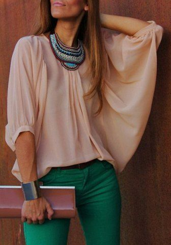 Pantalon guinda o verde, blusa rosa pálido, collar grande dorado