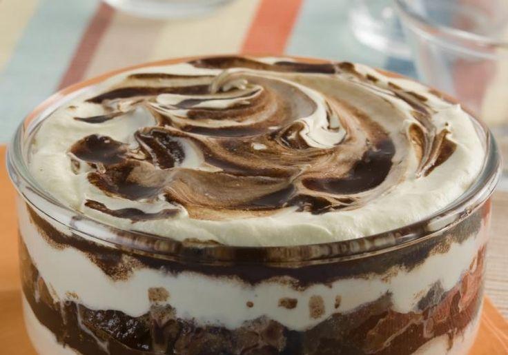 O pavê de leite condensado é feito com chocolate em pó, muito simples.