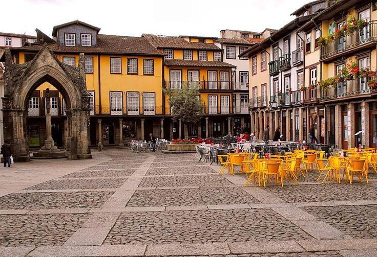 Guimarães - cidade histórica, com um papel crucial na formação de Portugal, e que conta já com mais de um milénio desde a sua formação, altura em que era designada como Vimaranes. Podendo este topónimo ter tido origem em Vímara Peres, nos meados do século IX, quando fez deste local o seu principal centro governativo do condado Portucalense que tinha conquistado para o Reino de Galiza e onde veio a falecer. Guimarães é uma das mais importantes cidades históricas do país, sendo o seu centro…