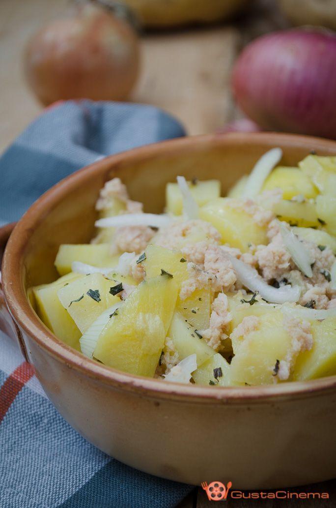 Insalata di patate e tonno un delizioso contorno estivo. Una ricetta facile e veloce ideale da gustare a pranzo o a cena.