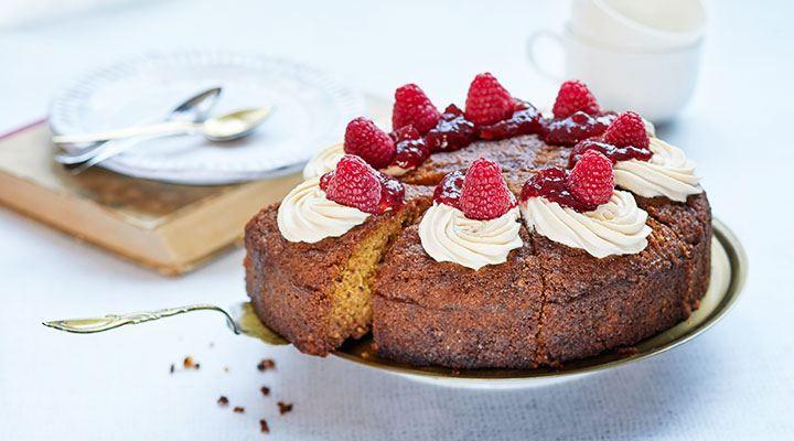 Runebergintorttu on klassikkoleivonnaisten aatelia. Leivonnaisen voi pyöräyttää myös kakun muotoon, jolloin tarjottavaa saa isommalle porukalle yhdestä vuoasta. Kakun kruunaa vadelmahillo ja herkullistakin herkullisempi rahkauutuus!