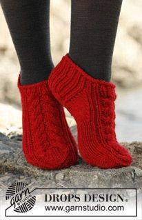 "Knitted DROPS short socks with cable in ""Alaska"". DROPS design: Pattern no NE-060 ~ DROPS Design"