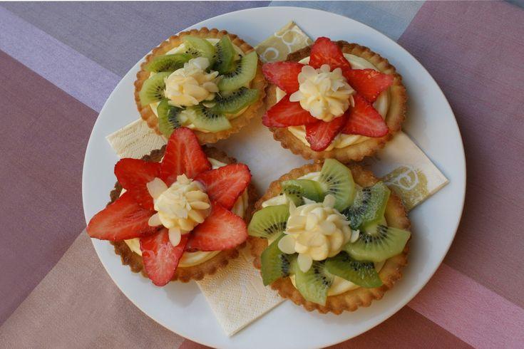 """<p> Ani cukroví, ani zákusek, připomínají spíše malé dortíčky. A právě odtud pochází jejich název – z francouzského """"tartelette"""" nebo také """"petit tart"""", což znamená v překladu malý dortík.</p>"""