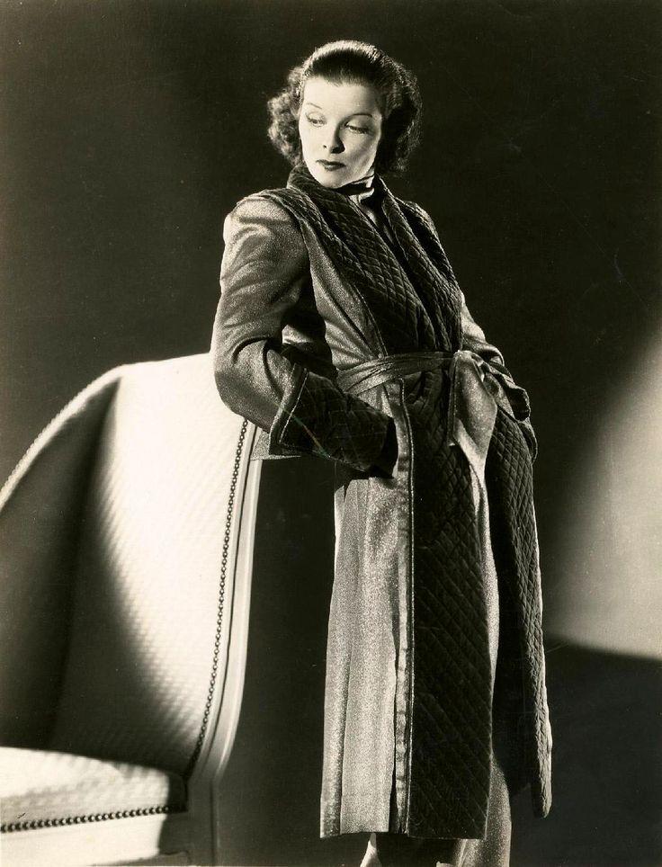 Vente mardi 15 mars 2016 par Millon & Associés à Paris : Katharine Hepburn Photo de studio, c. 1935-1940, Tirage argentique d'époque, indications de parution au dos, 25,5 x 20,5 cm. Est. 80 - 100 euros.